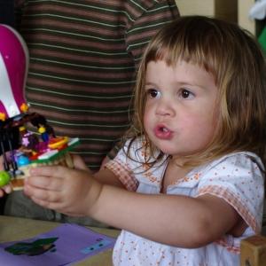 Esterka lítá s balónem.