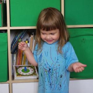 Ester si namalovala tričko.