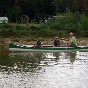 Tatínek s dětmi na lodičce.