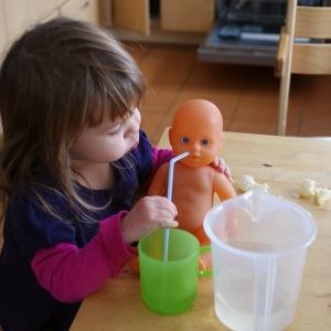 Esterka si hraje s miminkem.