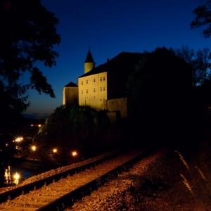 Koleje a hrad v noci.
