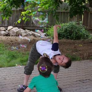 Šimon kouzlí bubliny.