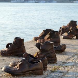 Boty na břehu Dunaje, památka po zavražděných...