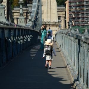 Ester na mostě.