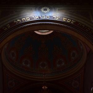 Hra světla a tmy ve Velké synagoze.