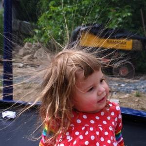 Ester galvanická na trampolíně.