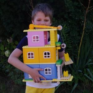 Šimon a dům s výtahem.