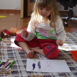 Esterka kreslí.