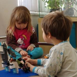 esterka s Matějem si hrají.