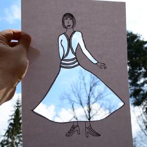 Blankytné šaty s korunami stromů.