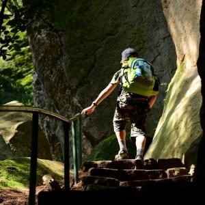 Šimon kráčí Prachovskými skalami.