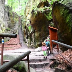 Cesty mezi skalními stěnami.