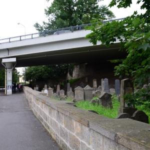 Židovský hřbitov v Turnově je přemostěn výpadovkou.