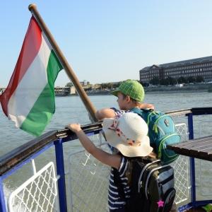Matěj s Esterkou řídí palbu proti lodím.