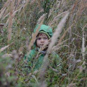 Ester v trávě.