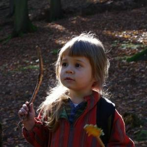 Ester ťuká na stromy a kouzlí.