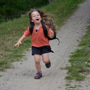 Ester běžící.