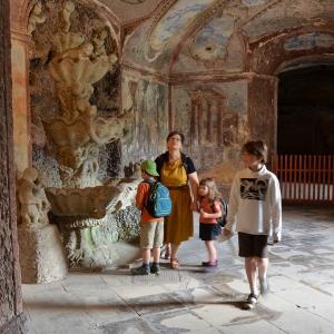 Rodinka u podzemní fontány.
