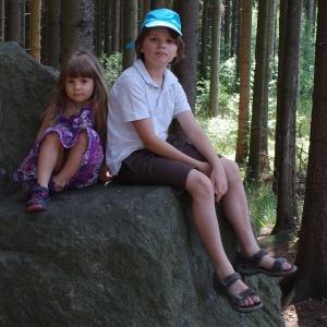 Šimon s Esterkou na skalním trůnu.