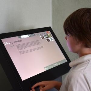 Šimon studuje texty v synagoze v Brandýse.