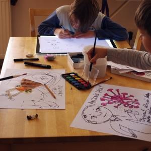 Ester s Matějem kreslí.